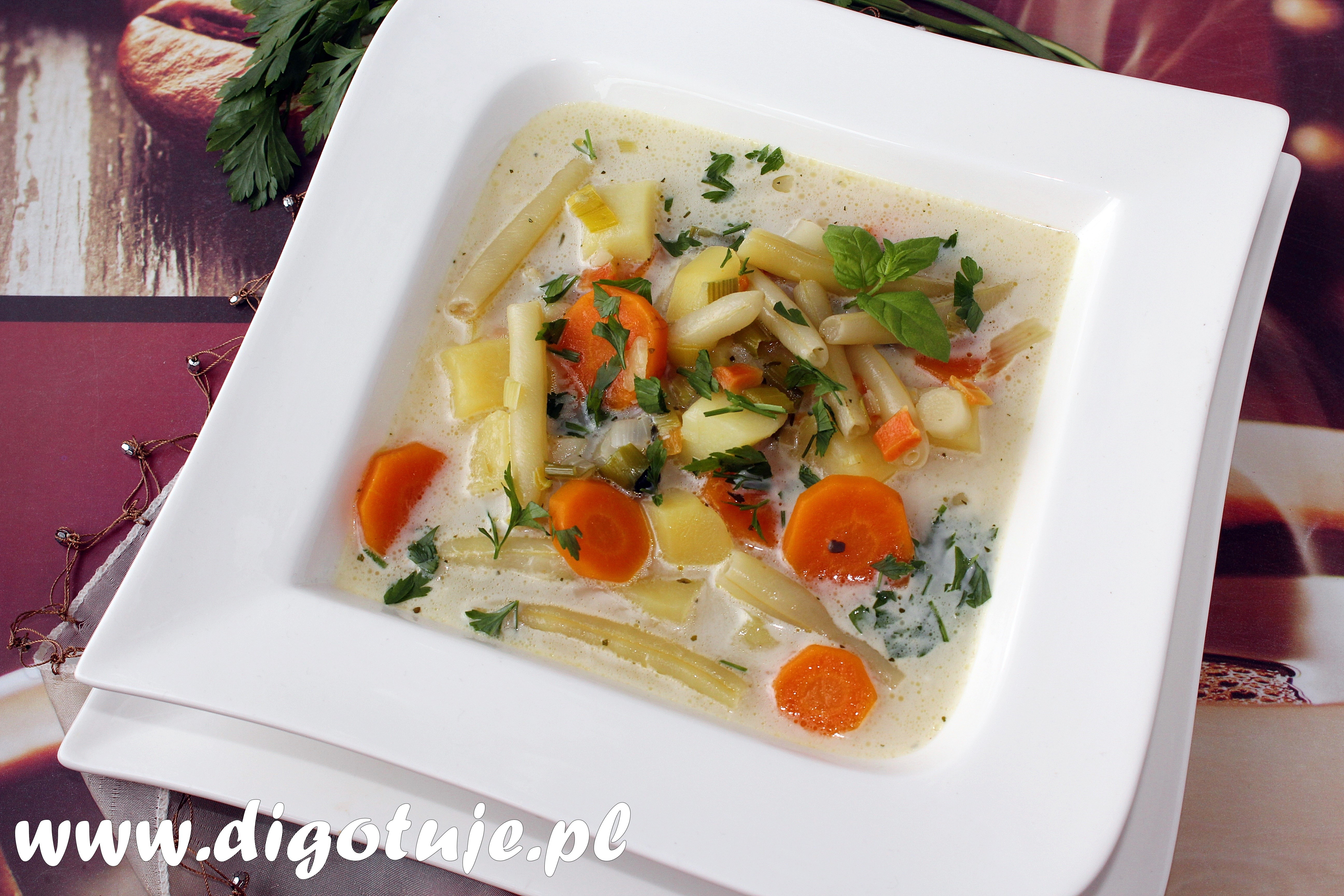 Tradycyjna zupa warzywna z fasolką szparagową